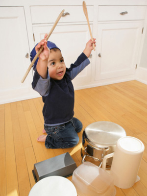 what-to-expect-photogallery-the-second-year-05-toddler-bangs-on-everything-toddler-with-pots-and-pans